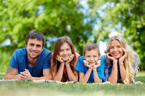 imagenes feliz en familia fam 237 lia feliz deitado em uma fileira baixar fotos gratuitas