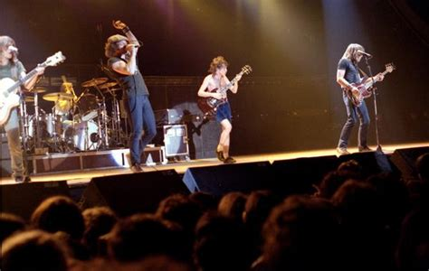 ac dc setlist acdc fans are fed up with seeing the band on their 1982 12 04 fra paris le bourget la rotonde highway