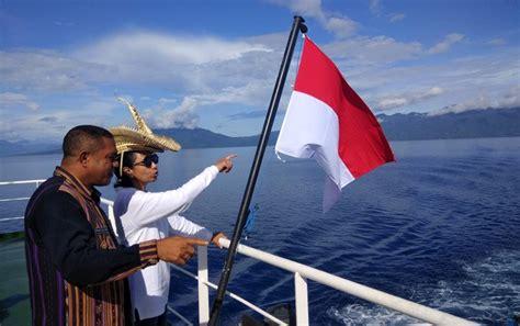 Topi Tii Langga Rote gaya menteri rini nikmati indahnya pemandangan pulau larantuka