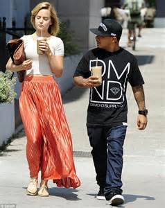 mena suvari and her pint sized mystery guy go on coffee
