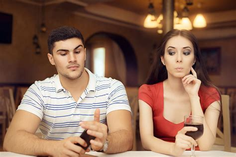 7 Ways To Deal With An Awkward Date by Dating Etiquette How To Handle 7 Awkward S Day