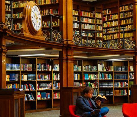 una librera en berln the shelf leer todo un estante de una biblioteca libr 243 patas