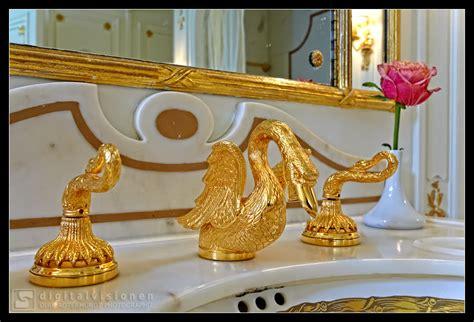 goldener wasserhahn sea cloud marmor und goldene wasserh 228 hne bild foto