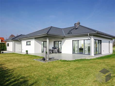 klassischer bungalow   moderne hausfassade