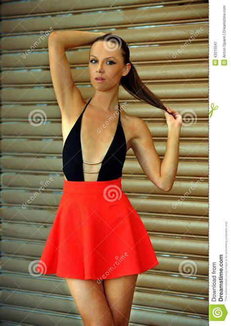 modelle in costume da bagno bello modello di moda castana porta costume da bagno