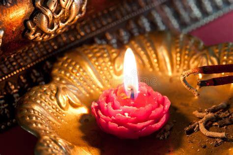 meditazione candela meditazione con incenso e una candela immagine stock