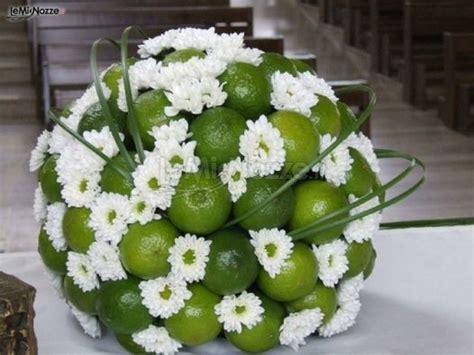 fiore con s addobbo floreale per la chiesa composto da lime e