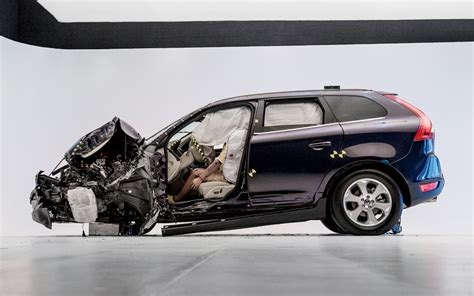 si鑒e auto crash test crash a volvo xc60 takes the iihs small overlap test