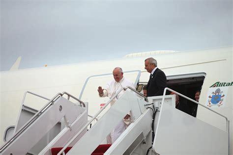 si può portare l ombrello in aereo tutte le persone accompagnano il papa