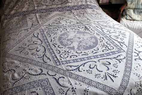 grand couvre lit ancien en dentelle et broderies linge