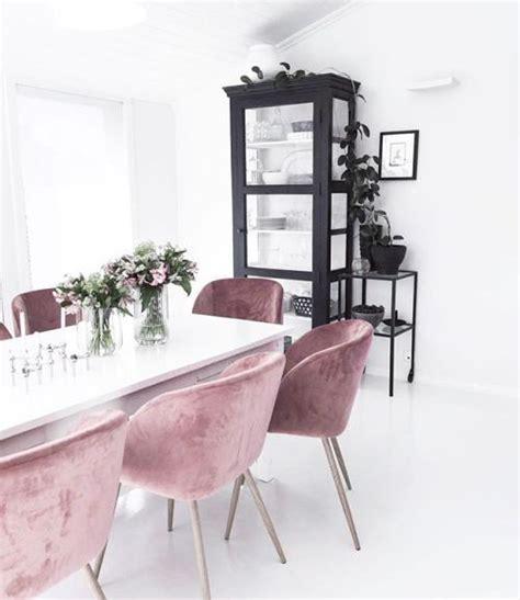 stuhl rosa samt rosa samt st 252 hle schwarzer schrank im weissen raum
