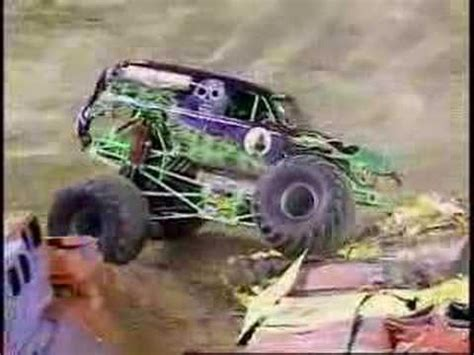 monster trucks grave digger crashes monster jam grave digger freestyle from st louis luke
