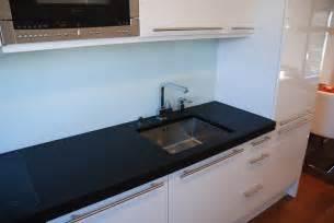 arbeitsplatten küche stein funvit wohnzimmer grau rot