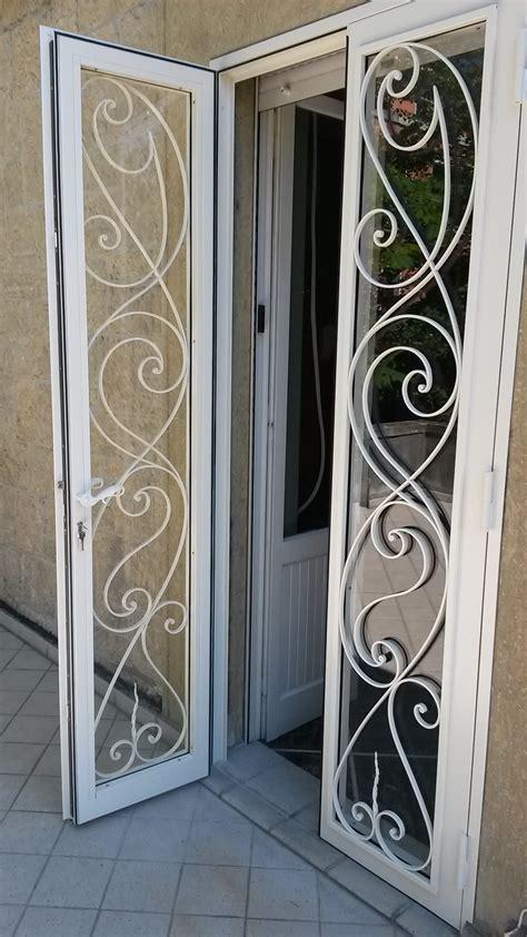 porta di sicurezza in ferro e vetro con decori esclusivi