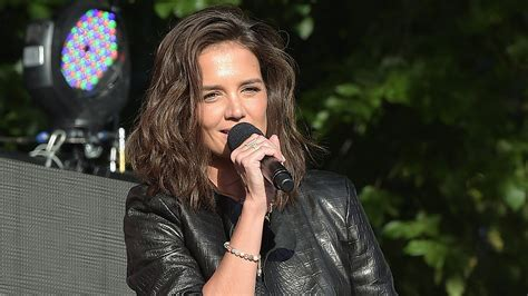 katie holmes revisits her lob katie holmes haircut how to get her curly lob look
