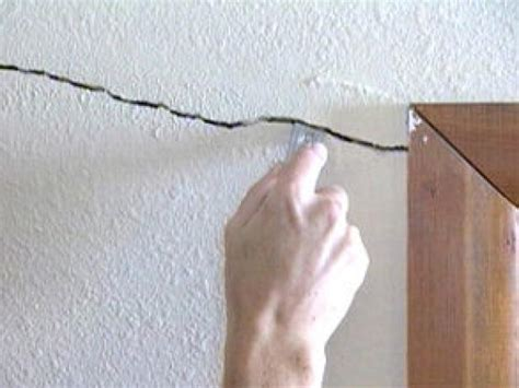 Filling Cracks Between Wall And Ceiling by How To Repair Cracks And Holes In Drywall How Tos Diy
