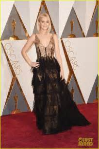oscar roter teppich wears sheer dress on oscars 2016