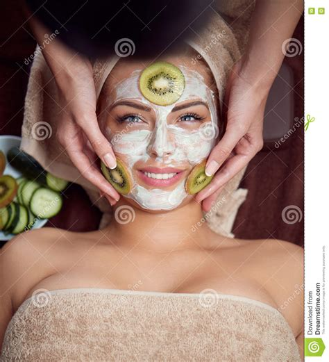 Masker Kiwi Clinic spa with regeneration mask vector