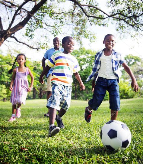 niños jugando ala pelota imagenes ni 241 os jugando a la pelota y feliz padre africano foto de