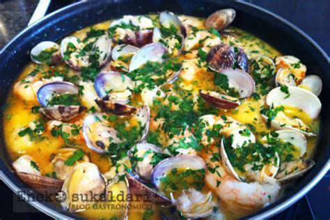 cocinar gambones merluza en salsa con almejas y gambones