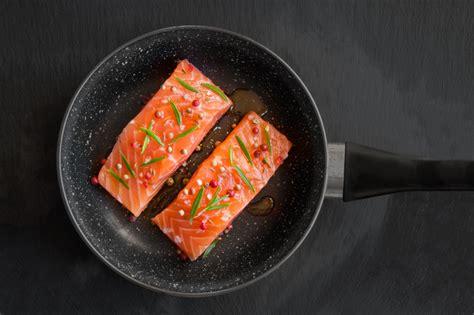 come cucinare salmone come cucinare il salmone in padella ricetta