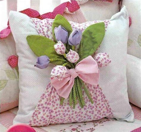 cojines con rosas a crochet crea sol coj 237 n decorado con flores de tela paso a paso