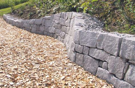 garten steinmauer sitzplatz im garten mit steinmauer kunstrasen garten