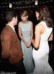 taylor swift and olivia hug taylor swift s mother andrea finlay gives moving speech at