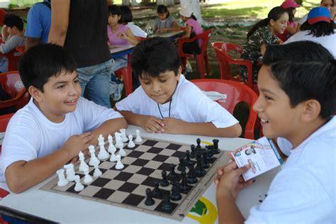 imagenes niños jugando ajedrez ni 241 os jugando ajedrez imagui