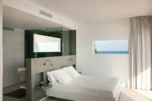 bathtub in bedroom design chambre avec dressing et salle de bain en 55 id 233 es
