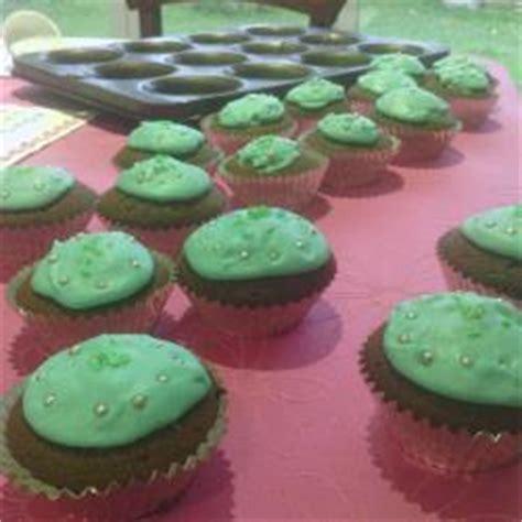 como decorar cupcakes con betun cupcakes recetas de allrecipes