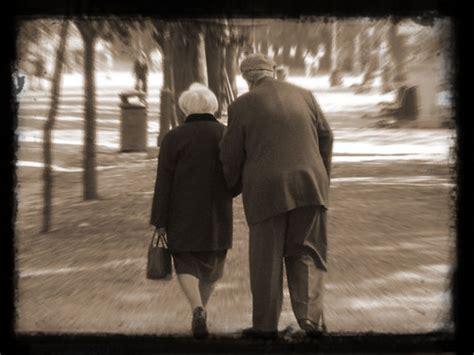 imagenes de amor de viejitos animados im 225 genes tiernas de ancianos enamorados im 225 genes de