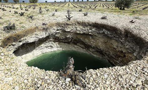 el colapso de la la tierra se resquebraja en daimiel y aparecen nuevos hundimientos en el terreno 20minutos es
