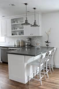 Charmant Construire Une Hotte De Cuisine #4: cuisine-americaine-amenagement-petite-cuisine-blanc-gris-et-meubles-de-cuisine-americaine.jpg