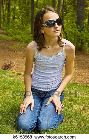 pictures of preteen girl outside with sunglasse k6158568