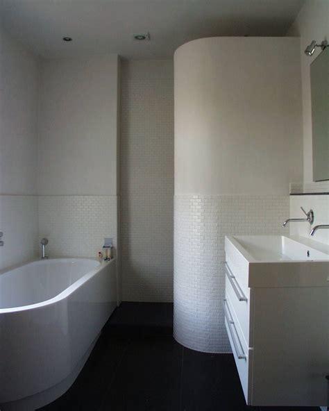 vloeren jaren 70 badkamer met jaren 70 design en lambrizering van tegels