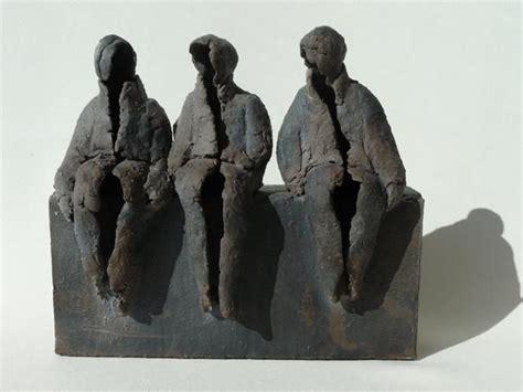 moderne figuren drie op een bank keramische beelden marian bonnemayers