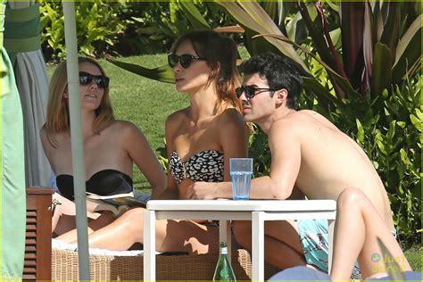 Jo In Frisbee daydream joe jonas shirtless frisbee in hawaii