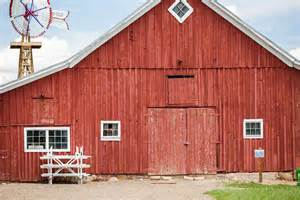 why are barns traditionally painted