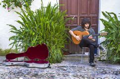 cortile spagnolo cortile spagnolo tipico foto stock iscriviti gratis