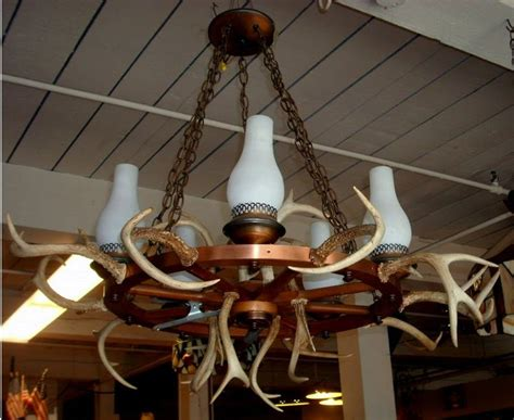 Wagon Wheel Light by 6 Ideas To Decorate A Knotty Pine Room In Classic Retro
