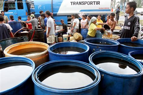 Minyak Lintah Medan warga mengumpulkan tumpahan minyak mentah yang akan dijual
