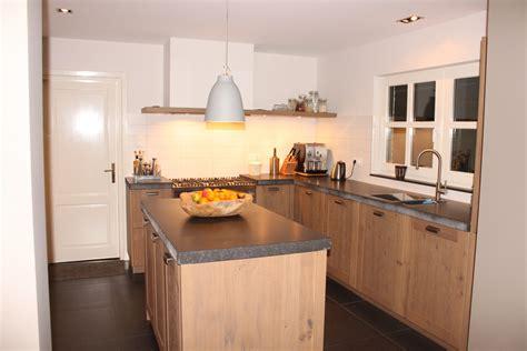 houten keuken met zwart blad beek stoere houten keuken met hardstenen blad