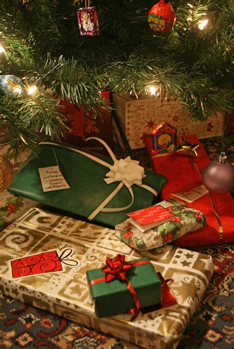 wrapped gifts   tree pictures   images