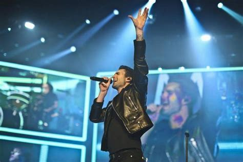 maroon 5 1990s songs maroon 5 reprises lightweight hits at sprint center show