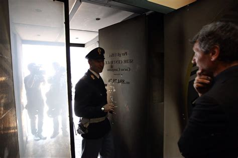 sede movimento 5 stelle roma giugliano in cania na incendiata sede m5s
