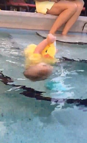 nackt in schwimmbad shows baby struggling to breath while flailing in