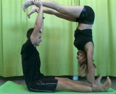 imagenes de gimnasia yoga yoga pareja yoga por parejas pinterest yoga por