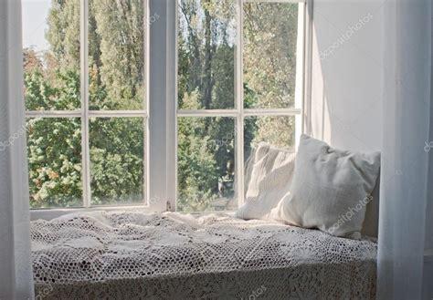 davanzale interno davanzale interno di comfort in casa foto stock