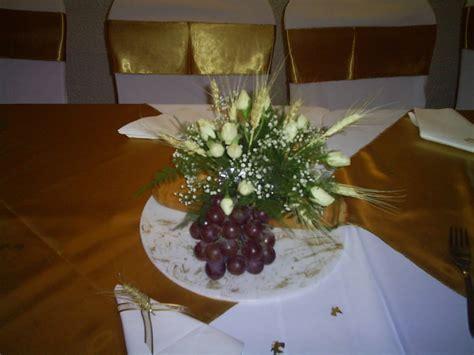 centro de mesa con espigas arreglos florales para primera comunion con espigas y uvas